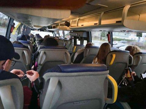 FÅTT KLAGE: – Fleire bussar er fulle til og frå skulen. Elevane våre stiller spørsmål ved smittevern og trafikktryggleik, seier oppvekstsjef Per Arne Strand i Gloppen kommune.
