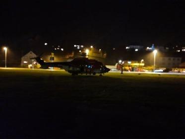PÅ STADEN: Eit legehelikopter er i Svelgen i samband med knivstikkingane måndag ettermiddag.