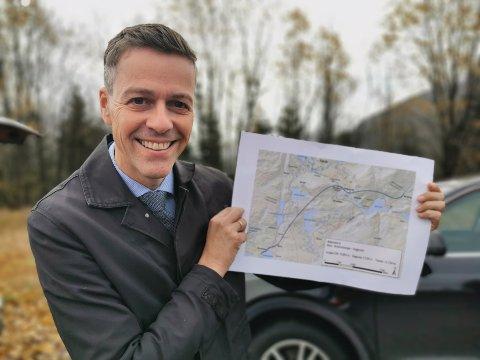 POSITIV: Samferdsleminister Knut Arild Hareide poserte villig med planen for tunnel gjennom Hafstadfjellet.