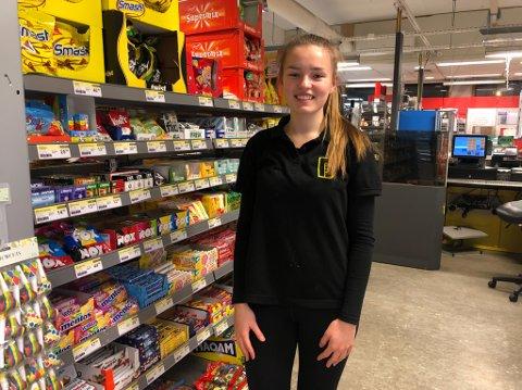 PÅ BUTIKKEN: Kaja Isabel Lavik Wilson (16) jobbar som ekstrahjelp på butikken i Leirvik.