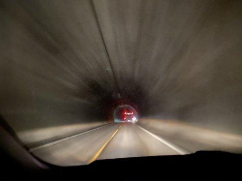 UTAN LYS: Sundafjelltunnelen mellom Førde og Florø er utan lys tysdag ettermiddag. Årsaka er arbeid på det elektriske systemet.