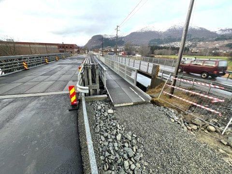 VERT SKIFTA UT: Medan Skipenes bru (til høgre) på E39 gjennom Nordfjordeid blir skifta ut, går trafikken no over brua til venstre.