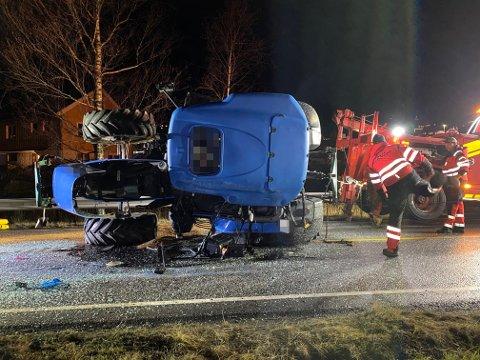 TRONG BERGINGSBIL: Her vert traktoren fjerna frå vegen etter velten.
