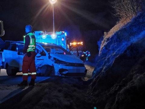 MÅ FJERNAST: Slik enda bilen etter utforkøyringa. Dei fem involverte skal vere uskadde, men vert sendt til sjukehus i Førde for sjekk.