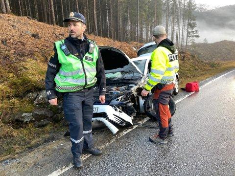 KOLLIDERTE: Ein bil kolliderte med ein buss på E39 forbi Sande vesle julaftan. Det er førebels ikkje meldt om alvorleg personskade. Til venstre: Innsatsleiar Joachim Malterud.