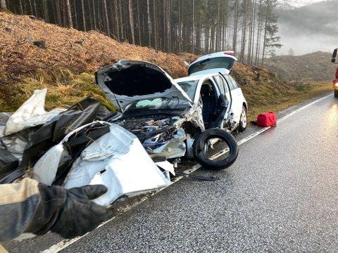 TRAFIKKULUKKE: Ein bil og ein buss kolliderte på E39 veslejulaftan.