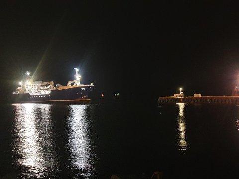 BLIR BERGA: Her er «Grip Austral» på veg til kai i Florø.