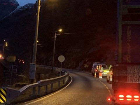 SNART OVER: Arbeidet med å reinske fjell og skog langs 18 kilometer av vegen mellom Vadheim og Lavik nærmar seg slutten Fredag 4. desember blir siste dagen med arbeid her.