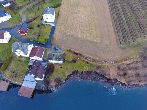SKRED: Delar av strandsona har rasa ut i Fresvik.
