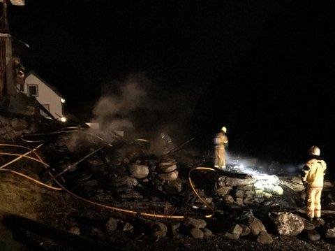INGEN VART EVAKUERTE: Det var ikkje fare for at brannen skulle spreie seg til bebudde hus. Difor var ingen evakuerte.