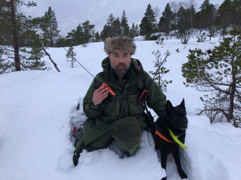 JAKT: Jaktleiar Stein Mortensbakke og hunden Bonso fann ulvespor, men helgas jakt gav ikkje resultat for jaktlaget.