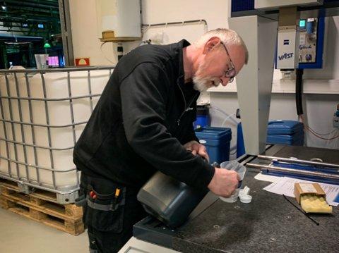 GULL I KORONAKRISA: Teknikar Tore Lie overvakar maskinene på den nye minifabrikken i Høyanger. I samarbeid med Jon Bolstad ønskjer dei å gje gratis desinfeskjonsmiddel til folk.