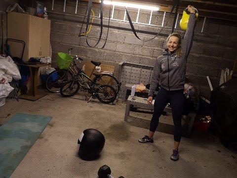 HEIMEGYM: No når treningssentera er stengde må Tina Nyhammer ty til sin eigen garasje.