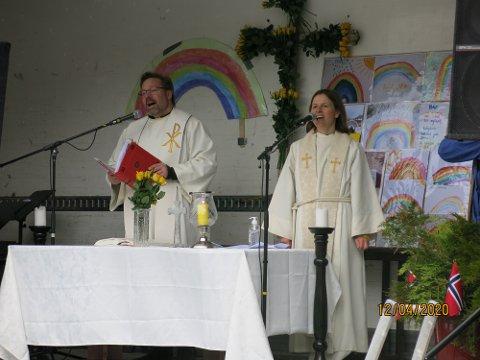 GUDSTENESTE I LASTEBIL: Carsten Langeland og Silje Sørebø måtte halde påskegudstenesten utandørs i år.