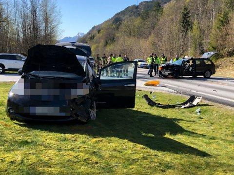 FRONT MOT FRONT: To personbilar kolliderte på rv. 5 ved Eikefjord laurdag ettermiddag.