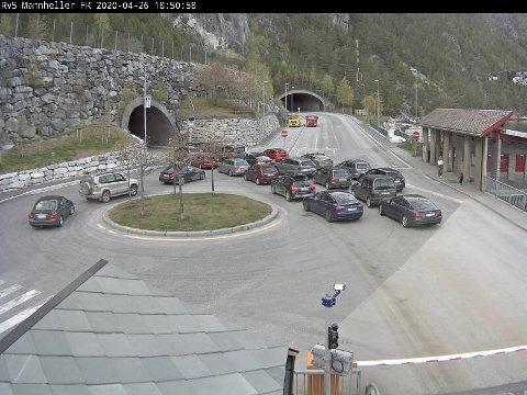 STENGT: Bilane måtte vente medan ein bil måtte bergast ut av Amlatunnelen søndag kveld. Tunnelen er no opna att.