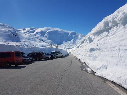 KAN RASE UT: Høge brøytekantar på Gaularfjellet.