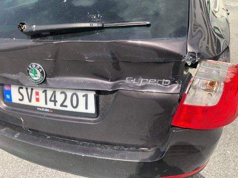 KOSTBART: Her er skadar for fleire tusen kroner, meiner kapteinen på Aqua Fjord. Firmabilen til reiarlaget, ein Skoda Superb, fekk store skader bak.