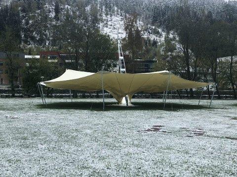 KOLLAPS: Laurdag morgon vakna folk til at teltet på festplassen har kollapsa.