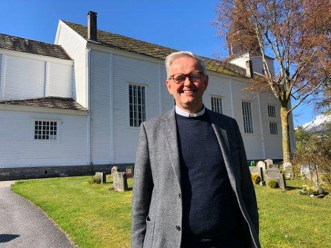 HÅPAR Å NÅ UT TIL FLEIRE: Sokneprest Ingvald Andersen Frøyen ber folk om å hjelpe eldre med det tekniske, slik at dei kan få med seg det som for mange er ein tradisjon på julaftan.