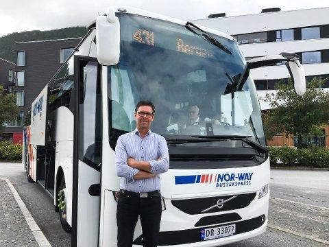STOR INNSATS: Dagleg leiar i Firda Billag Buss AS, Frode Romarheim, seier at dei jobbar på spreng for å finne ut kva som er årsaka til at det har dukka opp ein ekkel stank på fleire av bussane deira. (Arkiv)