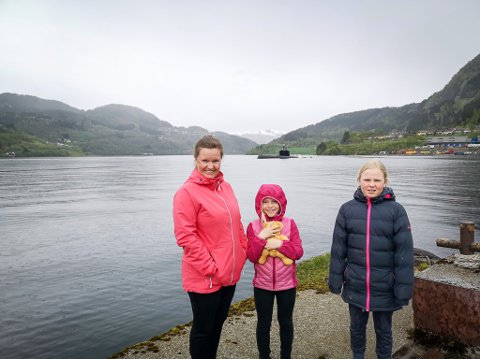 KULT! Anne Gry Dale Niemonen, Eira Niemonen (9) og Tora Niemonen (11) fekk seg eit sjeldant syn i Førde i dag. Ein av marinen sine ubåtar snudde heilt inst i Førdefjorden. – Det var kult, seier Eira.