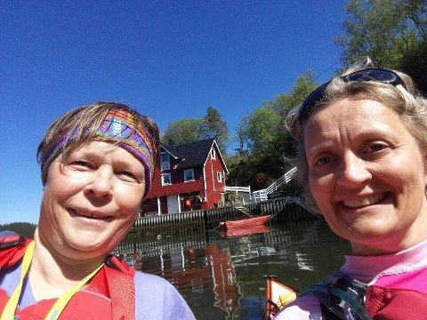 UT PÅ TUR: Frå venstre: Nina Haugstad (54) og Lene Gjelsvik (45) har «kasta loss» frå Lindås på si ferd mot Askvoll.