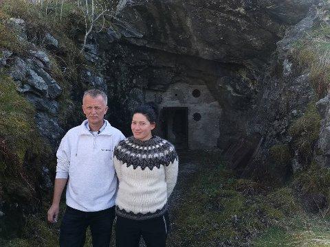 HOLE I FJELLET: Inst i hola bak Frode Haugen og Sigrunn Ragnarsdotter skimtar du inngangsdøra til ein veldig spanande stad.