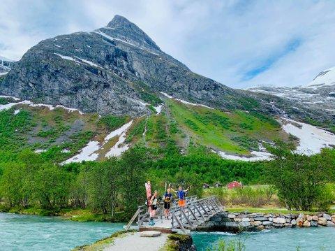 SOMMARSKI: Brit Siv Fimland (t.v.) på veg til Lodalskåpa i juni med Øystein Støfring og Magnus Reite-Bjellsas.
