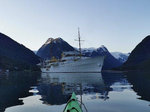 JUNIKVELD: Kongeskipet og Fjærlandsfjorden passa godt i lag.