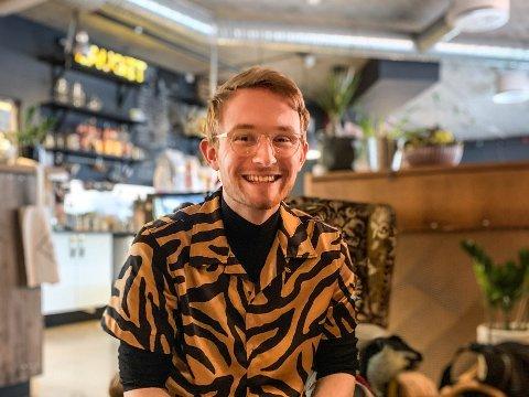 GLAD I KULTUR: Victor Olsbø Skinlo (23) kjem frå Byrkjelo. Her på café på Lauget på Sandane.