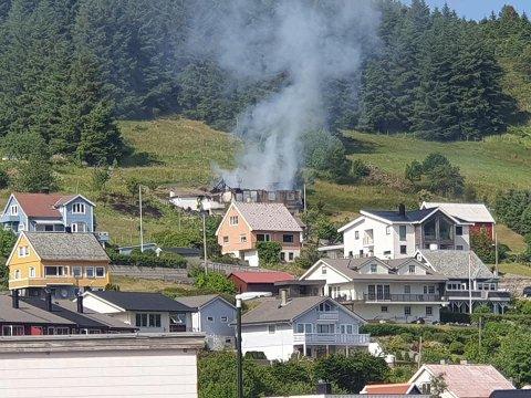 TOTALSKADD: Dette bildet viser at huset er totalskadd i brannen.