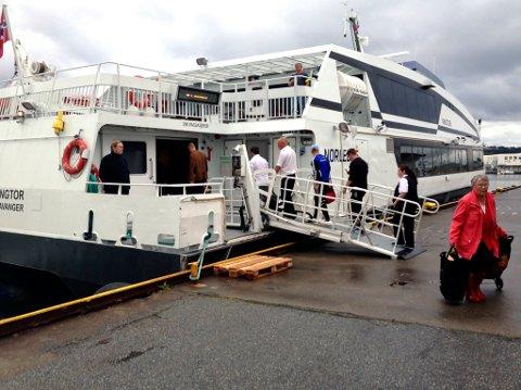 REAGERER: Ein passasjer reagerer på korleis Norled handterer omsynet til smittevern på hurtigbåten til Bergen. Vi gjer merksam på at dette er eit arkivbilde, teke lenge før korona-situasjonen.