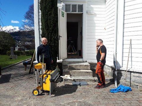 GODT LAG: Frå v.: Organist Kjell Ivar Aase og diakonimedarbeidar Ingvar Vagstad i gang med oppgradering av prestesakrestiet.
