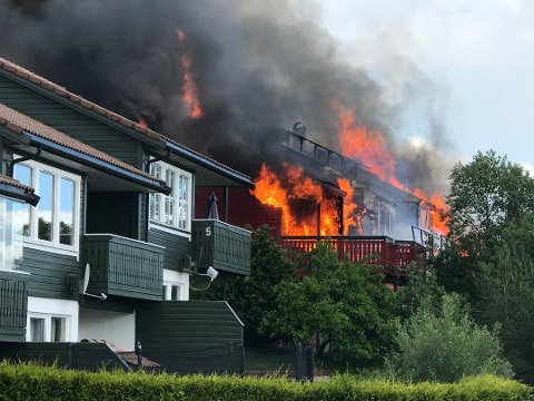 BRANN: Fire leilegheiter i to rekkehus står i full fyr i Florø.