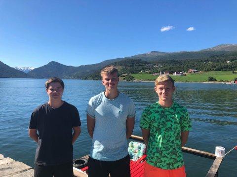 NØGDE: Elias Dale Natås, Rolf Arne Seime og Emil Sårheim er godt nøgde med flåten.