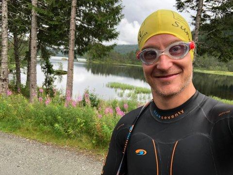 FRISKUS: - No i koronatida har garderoben på jobben vore stengt, så då er det veldig greitt å kunne ta både ei treningsøkt og ein vask i Bekkjavatnet, seier Karsten Karlsen Sunde (39).