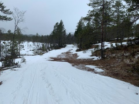 VÅTT: Sjølv om det framleis er godt med snø i terrenget elles, startar smeltinga i løypa tidleg. No vil Langeland ski- og fritidssenter legge om løypa for å gjere ho meir snøsikker.