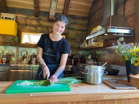 PÅ TV: Kia Vejrup er glad i å laga mat. For tida jobbar ho som kokk på Aurland 292.