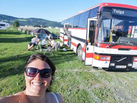 OLGA: – Vi har døypt bussen Olga, så vi må berre ta ut t-en først, seier Midttun. Her sit turgjengen utanfor bussen med mat og fint vêr.