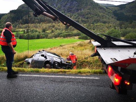 HAMNA PÅ EIT JORDE: Bilen var på veg frå Flekke mot Dale då uhellet skjedde. Her blir bilen henta av bergingsbil.