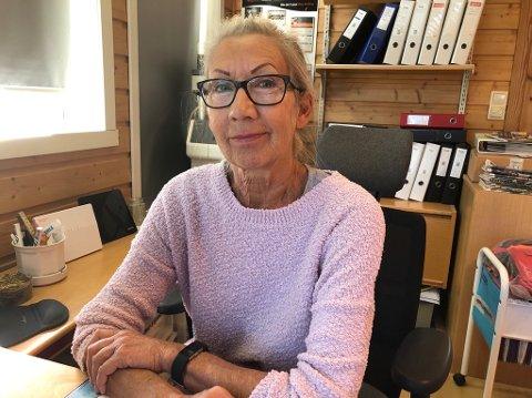OPTIMIST: Judith Gjervik har drive Askvoll Skiltgravering AS sidan 1989. Verftet i Leirvik som no skal slutte med skipsbygging, har vore den største kunden sidan dess. – Men vi må likevel vere optimistiske, seier ho.
