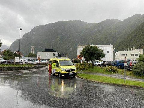 ULYKKE: Det var like etter klokka 11.00 fredag formiddag at meldinga om ulykka i Storgata i Høyanger sentrum kom.