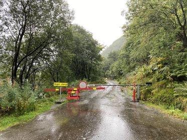 RAS: Gamlevegen på nedsida av hovudvegen er framleis stengt etter at det i dag gjekk eit ras i området. Hovudvegen er opna igjen.