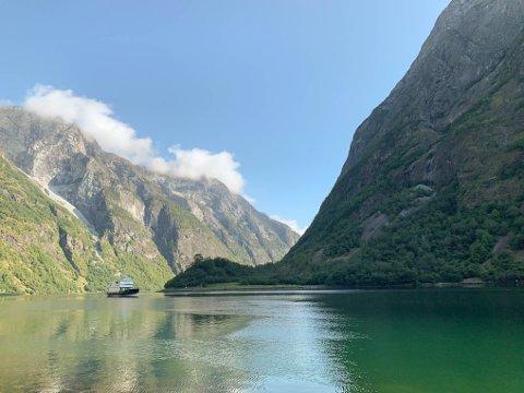 «ALLE» VIL HIT: Leiar for Virke Reiseliv, trur årsaka til at mange vil feriere i Vestland, er at ein finn både fjord, fjell, brear, bygder og byar i fylket. Bildet er frå Bakka ved Nærøyfjorden.