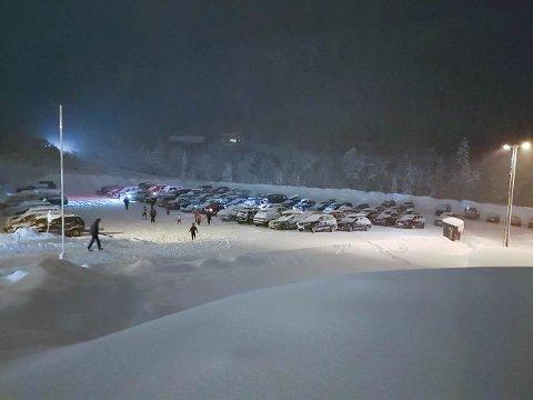 FOLKSAMT: Slik såg det ut på parkeringsplassen på Langeland den 12. januar 2021.