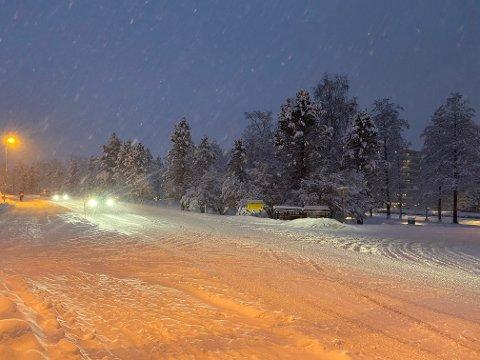 MYKJE SNØ: Slik såg vegen ved innkøyrsla til sjukehuset i Førde ut tysdag morgon.