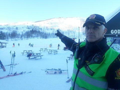 FLEIRE SKRED: Innsatsleiar Svein Inge Harberg i politiet er i Hodlekve-området, der det har gått fleire skred.