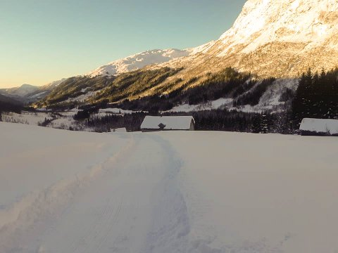 KØYRER LØYPER: Angedalsgruppa køyrer løype inn til Botnavatnet. Dette bildet er frå Vassbrekka (ca. 400 m.o.h.) onsdag, og ifølgje Angedalsgruppa kan det vere om lag 70 cm med snø her. Ein bør difor ikkje gå til fots, men ha ski eller truger her.