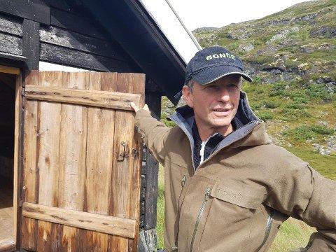 MARKERING: I kveld skal Ole Bjarne Hovland og mange andre tenne bål for å markere sitt syn på ulvepolitikken.  – Eg veit mange skal tenne bål, men at nokre også kvir seg på å gjere det, seier Hovland.